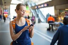 Mujer bonita, joven en un trainstation, esperando su tren Foto de archivo libre de regalías