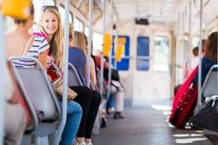 Mujer bonita, joven en un tranvía/un tranvía Fotografía de archivo
