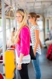 Mujer bonita, joven en un tranvía/un tranvía Imagenes de archivo