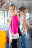 Mujer bonita, joven en un tranvía/un tranvía Fotos de archivo