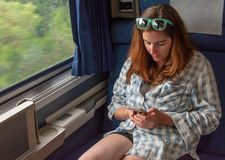 Mujer bonita joven en un tren imagen de archivo libre de regalías