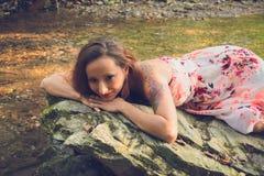 Mujer bonita joven en una roca fotos de archivo libres de regalías