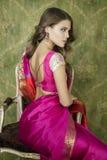Mujer bonita joven en vestido del rojo indio Fotos de archivo