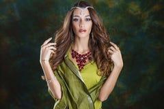 Mujer bonita joven en vestido indio verde Imagen de archivo libre de regalías