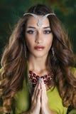 Mujer bonita joven en vestido indio verde Foto de archivo