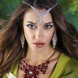 Mujer bonita joven en vestido indio verde Imagen de archivo