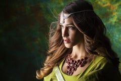 Mujer bonita joven en vestido indio verde Fotos de archivo