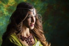 Mujer bonita joven en vestido indio verde Fotografía de archivo