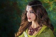 Mujer bonita joven en vestido indio verde Imágenes de archivo libres de regalías