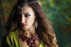Mujer bonita joven en vestido indio verde Foto de archivo libre de regalías