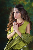 Mujer bonita joven en vestido indio verde Fotos de archivo libres de regalías