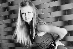 Mujer bonita joven hermosa de la muchacha del modelo de moda en salud blanco y negro del cuerpo de la salud de la aptitud Fotos de archivo libres de regalías