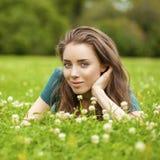 Mujer bonita joven magnífica que se relaja en parque del verano Imagenes de archivo