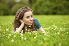 Mujer bonita joven magnífica que se relaja en parque del verano Fotografía de archivo libre de regalías