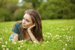 Mujer bonita joven magnífica que se relaja en parque del verano Imagen de archivo libre de regalías