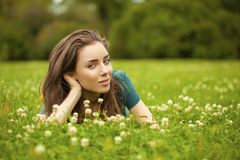 Mujer bonita joven magnífica que se relaja en parque del verano Imagen de archivo