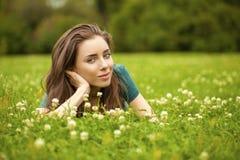 Mujer bonita joven magnífica que se relaja en parque del verano Foto de archivo libre de regalías