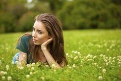 Mujer bonita joven magnífica que se relaja en parque del verano Imágenes de archivo libres de regalías