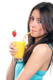 Mujer bonita joven que bebe el coctel del zumo de naranja Foto de archivo libre de regalías