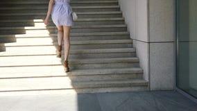 Mujer bonita joven que camina en el centro de negocios almacen de metraje de vídeo
