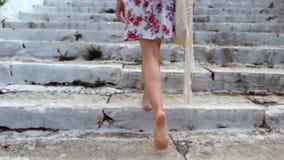 Mujer bonita joven que camina para arriba en las escaleras en ciudad europea vieja almacen de video