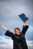 Mujer bonita, joven que celebra alegre su graduación Imagenes de archivo