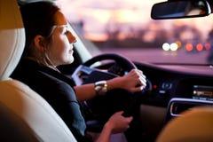 Mujer bonita, joven que conduce su coche moderno Imagenes de archivo