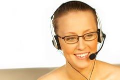 Mujer bonita joven que desgasta un receptor de cabeza del teléfono Foto de archivo