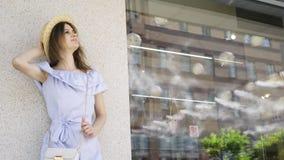 Mujer bonita joven que espera en el centro de negocios almacen de metraje de vídeo