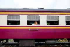 Mujer bonita joven que espera en el tren Imagenes de archivo