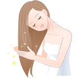Mujer bonita joven que frota ligeramente su pelo largo brillante