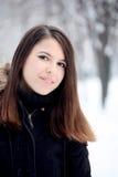 Mujer bonita joven que mira la cámara Fotografía de archivo