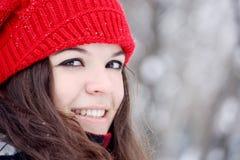 Mujer bonita joven que mira la cámara Imagenes de archivo