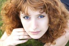 Mujer bonita joven que mira para arriba Imágenes de archivo libres de regalías