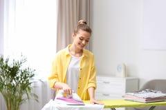 Mujer bonita joven que plancha el lavadero limpio imágenes de archivo libres de regalías