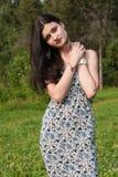 Mujer bonita joven que presenta en parque del verano Fotografía de archivo libre de regalías