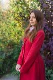 Mujer bonita joven que se coloca en el parque del otoño Fotos de archivo