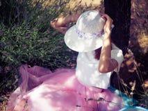 Mujer bonita joven que se sienta debajo del árbol Fotos de archivo libres de regalías