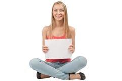 Mujer bonita joven que sostiene un letrero en blanco Fotos de archivo libres de regalías