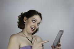 Mujer bonita joven que usa la tableta Imagen de archivo libre de regalías
