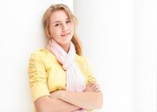 Mujer bonita joven sobre el fondo blanco. Fotos de archivo libres de regalías