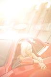 Mujer bonita joven y coche deportivo rojo fotografía de archivo libre de regalías