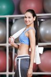 Mujer bonita juguetona en gimnasio de la aptitud Imagenes de archivo