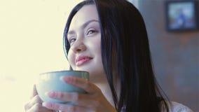 Mujer bonita moderna que desayuna almacen de metraje de vídeo