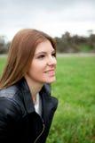 Mujer bonita pensativa relajada en el prado Fotografía de archivo libre de regalías
