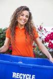 Mujer bonita que celebra la sonrisa de la papelera de reciclaje fotos de archivo libres de regalías