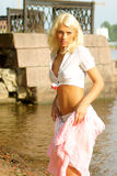Mujer bonita que coloca el agua cercana Fotos de archivo