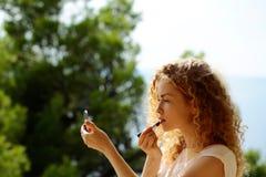 Mujer bonita que come de la placa Imagenes de archivo