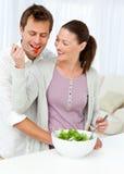 Mujer bonita que da un tomate a su novio Fotos de archivo libres de regalías