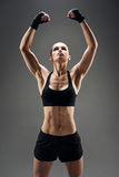 Mujer bonita que demuestra sus músculos fuertes Imagen de archivo